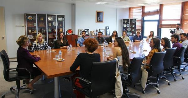 """Meral Akıncı, ODTÜ-KKK'DA öğrencilere Cumhurbaşkanlığının hazırladığı   """"Haklarımı biliyorum"""" kitabını tanıttı"""