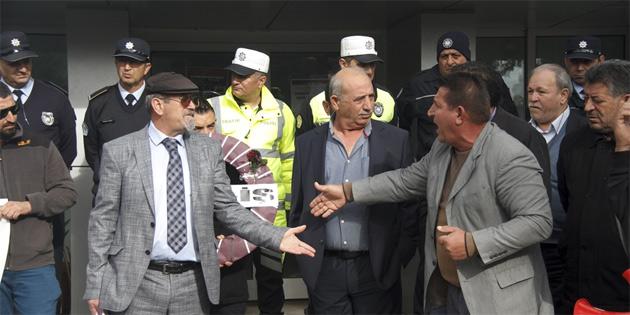 KAR-İŞ, Eğitim Bakanlığı önünde eylem yaparak siyah çelenk bıraktı