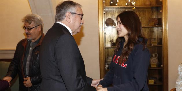 Akıncı IGCSE Türkçe dalında dünya birincisi olan Berilsu Meral'i başarısından dolayı kutladı