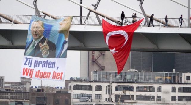 Hollanda'da köprüye Türk bayrağı ve Erdoğan'ın resmi asıldı