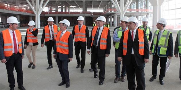 Akıncı, Ercan Havalimanı'nın yapımı devam eden yeni terminal binasında incelemelerde bulundu