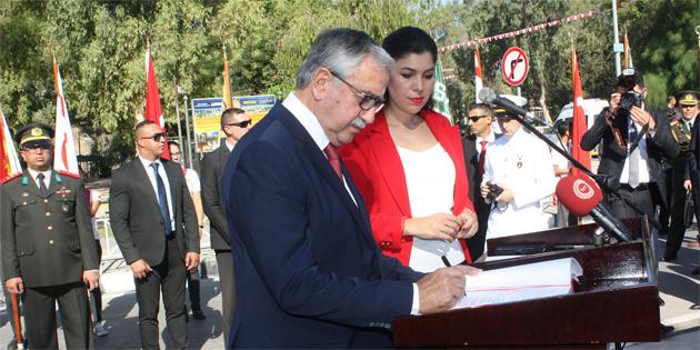 Akıncı, Oktay ve Küçükakyüz anıt özel defterini imzaladı