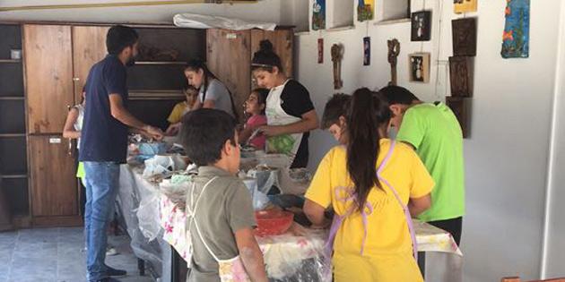 Vakıflar Arabahmet İyilik Evi'nde çocuklar çamurdan saksı yaptı