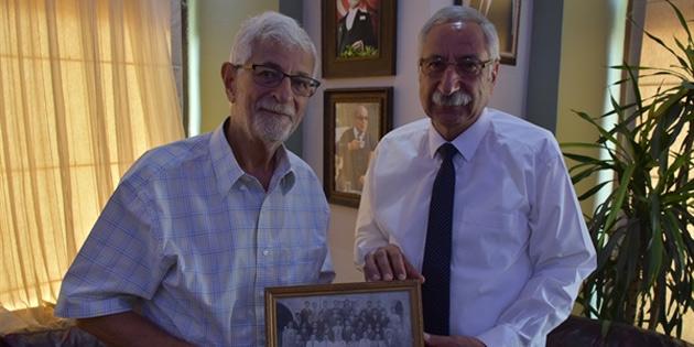 Prof. Dr. Vamık Volkan, Girne Kent Müzesine fotoğraf, tiyatro metni ve dergi bağışladı