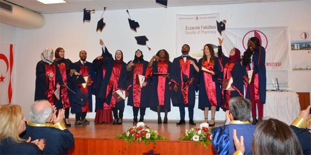 Mezunlar diplomalarını aldı