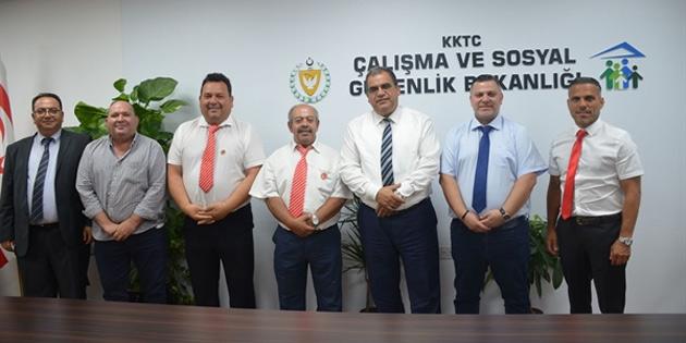 Sucuoğlu, Londra Türk Futbol Federasyonu'ndan bir heyeti kabul etti