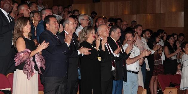 Tatar Arap Ali Destanının dün akşamki gösterisini izledi