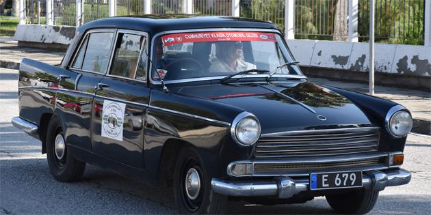 Cumhuriyet Klasik Otomobil Gezisi yapılıyor