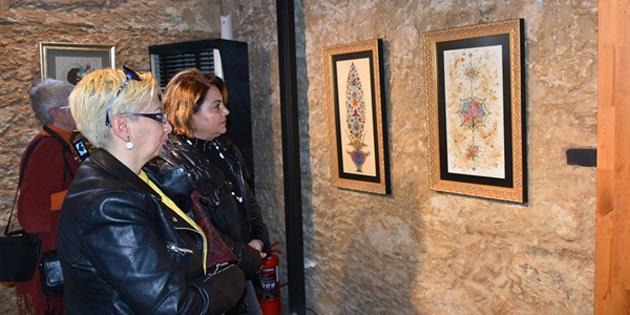 """Pehlivan'ın """"Saraydan karma"""" sergisi Girne'de açıldı"""