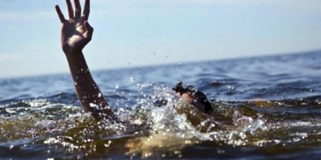 Alagadi'de iki genç dalgalara kapıldı