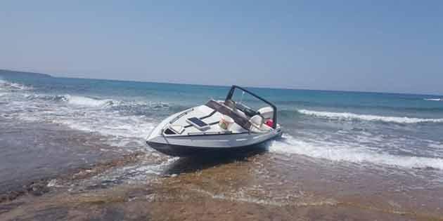 Yeşilyurt-Yeni Erenköy sahilinde terkedilmiş sürat teknesi bulundu