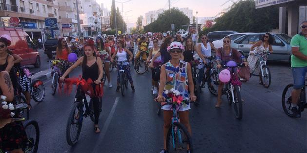 Bisikletli süslü kadınlar başkent sokaklarındaydı