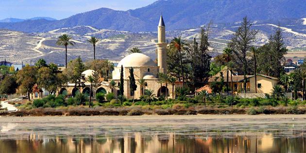 Hala Sultan Tekkesi'deki Ümmü Haram'ın mezarının üzerinde bulunan örtü çalındı