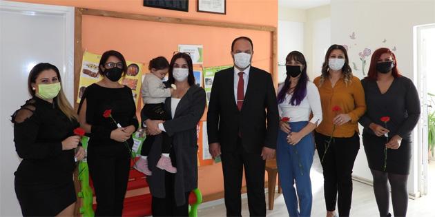 İskele Belediye Başkanı Sadıkoğlu, öğretmenlere çiçek takdim etti