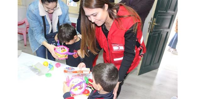 İngiltere'de yaşayan Türk gençlerden oluşan grup Yenicami Okul Öncesi Eğitim Merkezini ziyaret etti