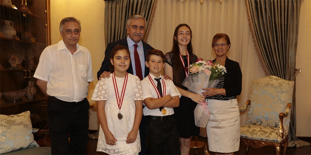 Akıncı, ödüllü genç piyanistleri kabul etti
