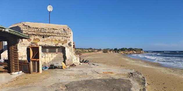 Yeniboğaziçi Belediyesi deniz ve kumsala temas eden kaçak yapıları yıkmaya başladı