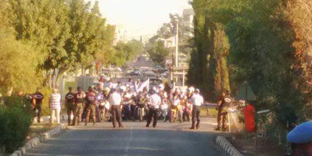 Rum motosikletli eylemciler Metehan s�n�r�n� kapatt�