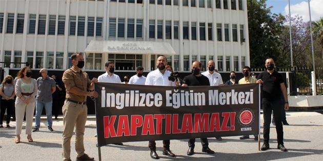 KTAMS, İngilizce Eğitim Merkezi'nin kapatılmaması için Başbakanlık önündeydi