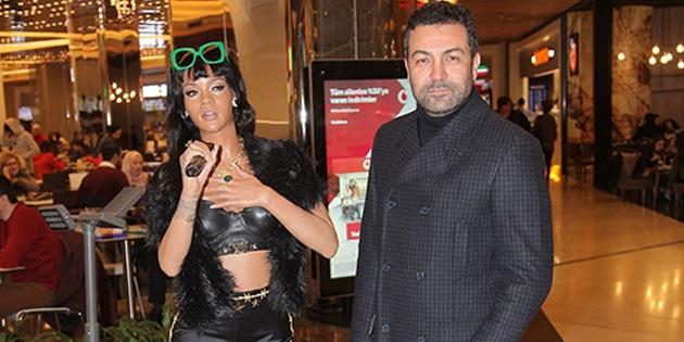 Rihanna heykeliyle poz verdi!