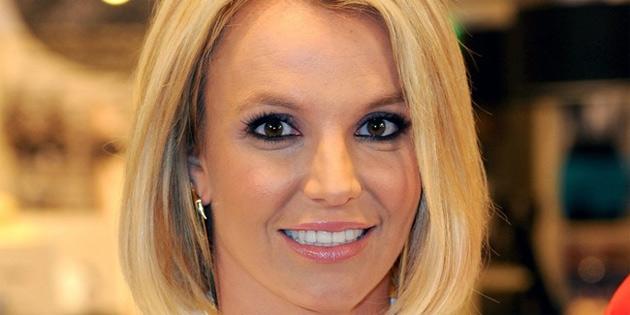 Britney Spears elbisesinin azizli�ine u�rad�