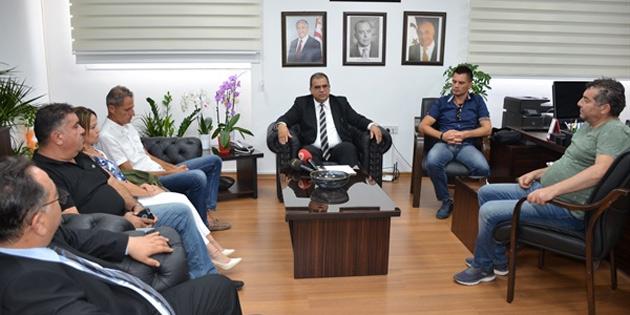 Bakan Sucuoğlu Kıbrıs Türk Kamu Emekçileri Sendikası heyetini kabul etti