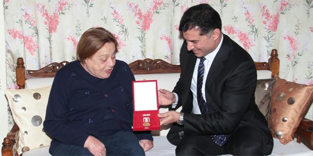 Denktaş'a madalyayı, Başbakan Özgürgün takdim etti