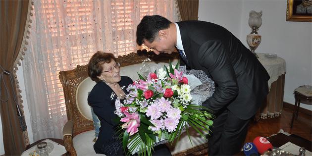 Başbakan Özgürgün, Küçük'ü evinde ziyaret ederek, madalyayı takdim etti