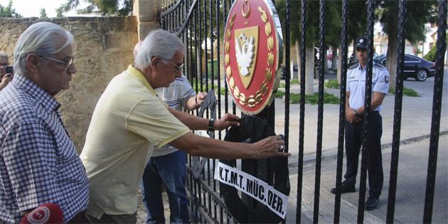 TMT Mücahitler Derneği ve UHH Cumhurbaşkanlığı'na siyah çelenk bırakarak Akıncı'yı istifaya çağırdı