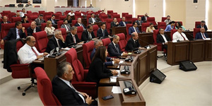 4 partinin imzaladığı deklarasyonun genel kurul'da okunması iç tüzük tartışmalarını getirdi, bazı milletvekilleri salonu terketti