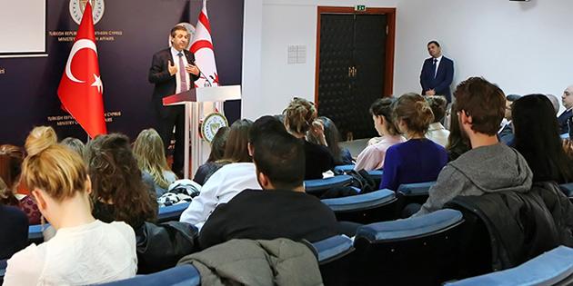 Dışişleri Bakanı Ertuğruloğlu Dauphine Üniversitesi öğrencilerine brifing verdi