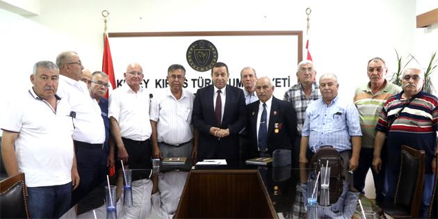 Denktaş, TBK Gaziler Derneği'nden bir heyeti kabul etti
