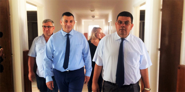 Berova Karpaz b�lgesindeki okullar� ziyaret etti