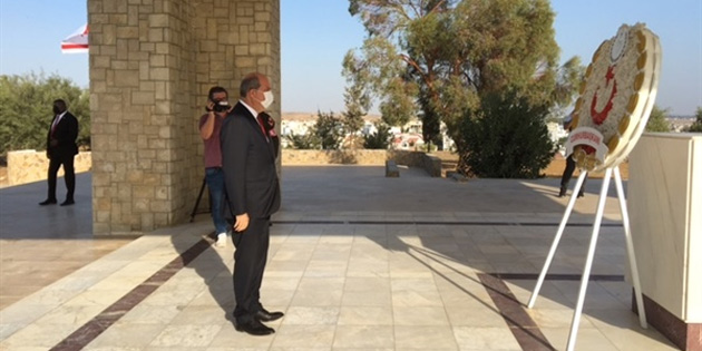 Tatar Dr. Fazıl Küçük Anıtına çelenk sundu