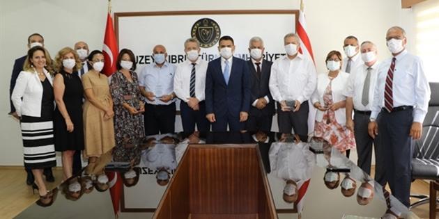 Maliye Bakanı Oğuz, emekliye ayrılan müdürlere plaket takdim etti