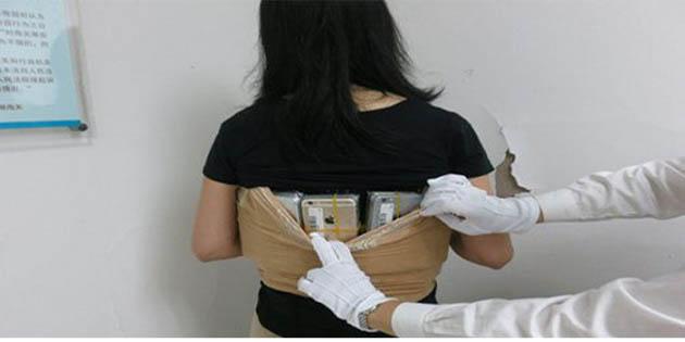 Kaçakçı kadın vücuduna sarılı 102 iPhone ile yakalandı!